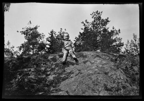 Tom Simberg Niemenlautan kallioilla