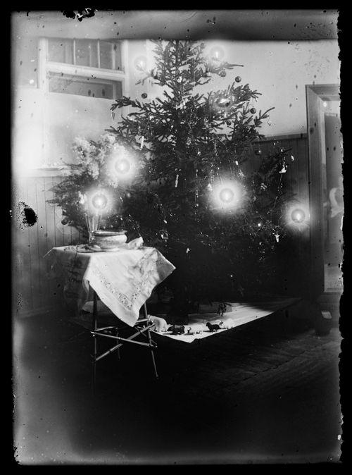 Tom Simbergin kastepöytä Luotsikadun ateljeekodissa
