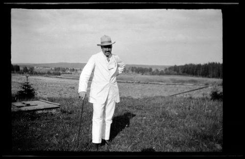 Viimeinen, ilmeisesti Anni Simbergin ottama valokuva miehestään Hugo Simbergistä kesällä 1917 Ähtärissä