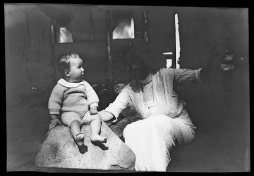 Tom ja Anni Simberg Selkärannan ateljeen pihalla
