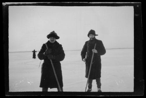 Arne Homén ja Guido Simberg hiihtävät jäällä