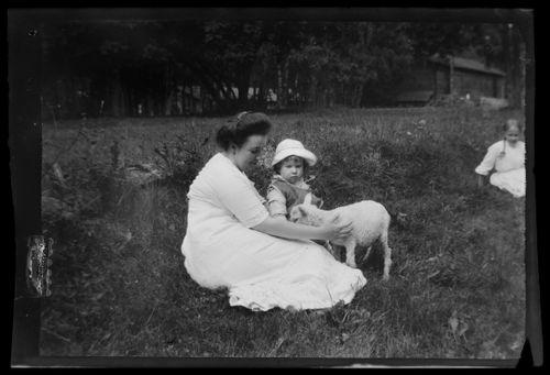 Elsa ja Tom Simberg sekä Bunka, taustalla lastenhoitaja