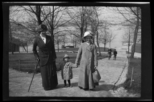 Anni ja Tom Simberg sekä lastenhoitaja menossa Korkeasaareen