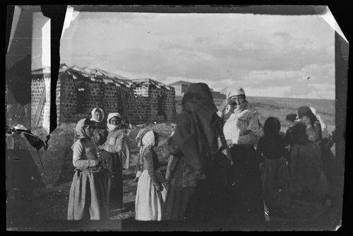 Kaukasialaisia naisia lapsineen