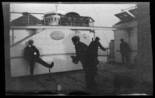 Miehet pelaamassa RMS Lusitanian kannella