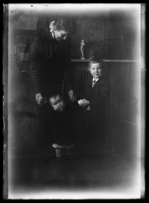 Anni, Uhra ja Tom Simberg Siltasaarenkadun ateljeekodissa