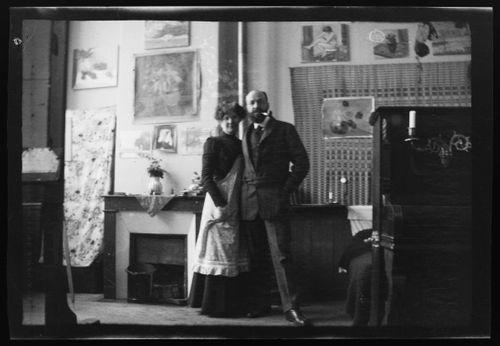 Hugo ja Anni Simberg ateljeekodissaan Pariisin Montmartrella