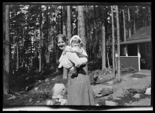 Anni ja Tom Simberg Selkärannan ateljeen keittiömökin pihalla
