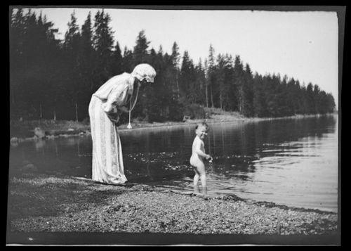 Anni ja Uhra Simberg rannalla Pellingissä