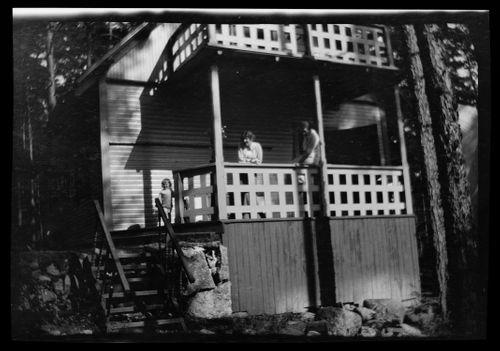 Tom ja Anni Simberg Selkärannan ateljeen kuistilla, oikealla tuntematon nainen