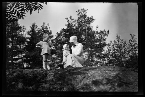 Tom, Uhra ja Anni Simberg Pellingin kallioilla