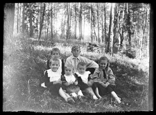 Takarivissä Lilli ja Einar Simberg, alarivissä vasemmalta Maigo, Inge, Laine ja Erna Simberg