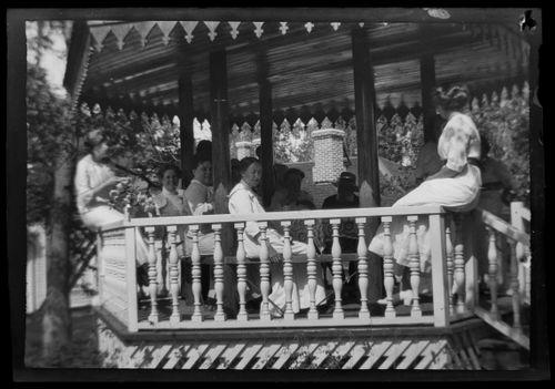 Simberg -sukua kahvilla Valkoisen huvilan paviljongissa