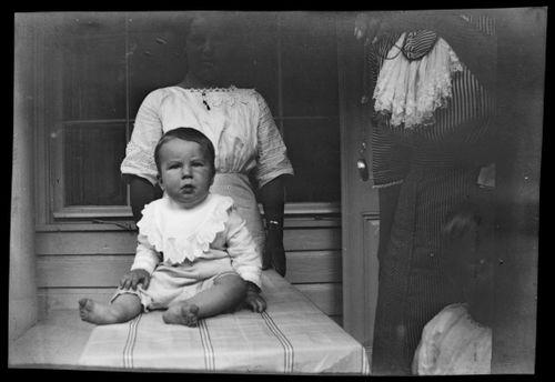 Tom Simberg ja lastenhoitaja Valkoisen huvilan kuistilla