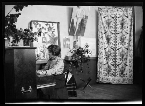 Anni Simberg soittaa pianoa Pariisin ateljeekodissa