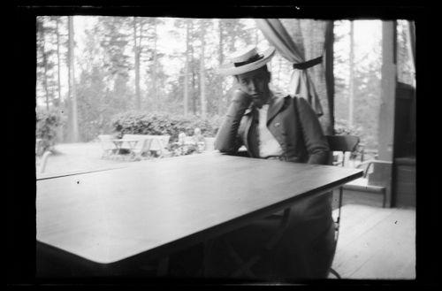 Nuori nainen pöydän ääressä todennäköisesti Helsingissä