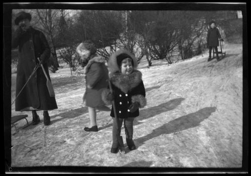 Lastenhoitaja, todennäköisesti Martha Lilius sekä Tom Simberg Katajanokanpuistikossa