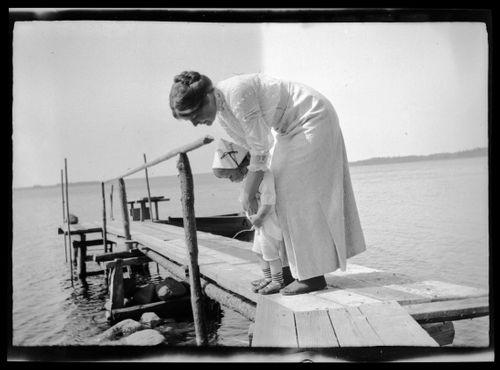 """Pisara meressä"", Anni ja Tom Simberg Selkärannan laiturilla"