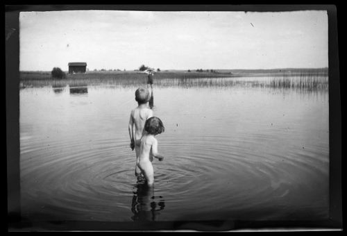 Uhra, Tom ja Hugo Simberg Pellingin rantavedessä