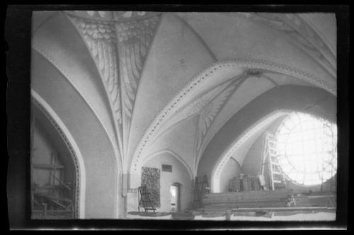 Tampereen Johanneksen kirkko, keskellä pienten tikkaiden takana Haavoittunut enkeli-freskon esityöt