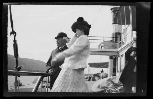 Mies ja nainen jokihöyrylaivan kannella Rein-joella