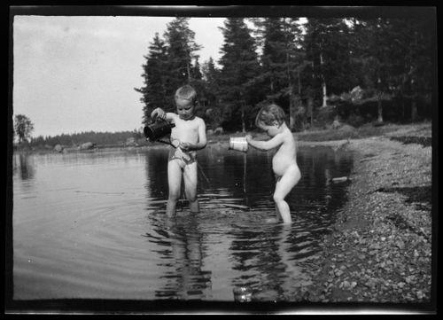 Tom ja Uhra Simberg leikkivät Pellingin rantavedessä