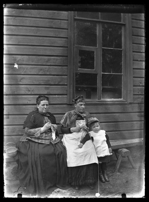 Ebba Mathilda Simberg perheen keittäjättären Tillin ja tämän Inge -tyttären kanssa