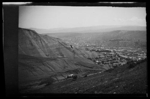 Vuoristoa Tiflisin (Tbilisi) lähellä, kaupunkinäkymä taustalla
