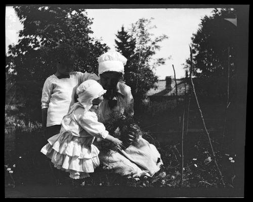 Tom, Uhra ja Anni Simberg tekevät koristekranssia Pellingissä
