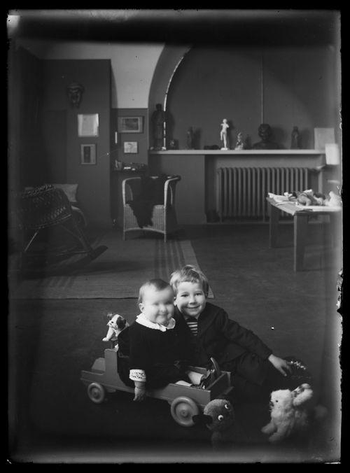 Tom ja Uhra Simberg Siltasaarenkadun ateljeekodissa