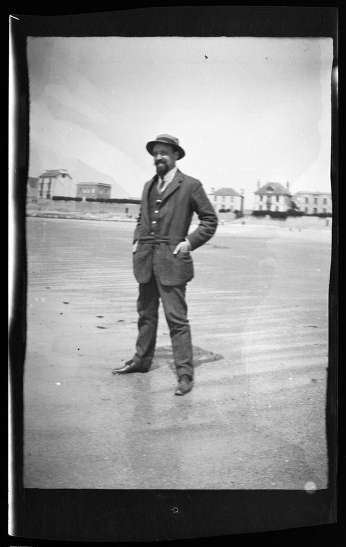 Hugo Simberg Bretagnessa laskuveden avartamalla rannalla