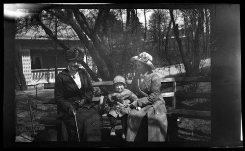 Anni ja Tom Simberg sekä lastenhoitaja Korkeasaaressa