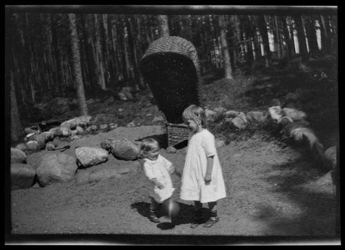 Tom Simberg ja tyttö Selkärannan ateljeen pihalla