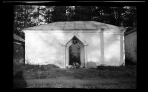 Hautamausoleumi, kaiverrettu teksti KUHLSTRÖM OCH HEYNO