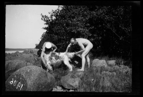 Hugo Simberg ja tuntematon mies pesevät Sartoa