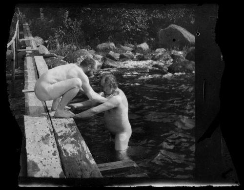 Hugo Simberg yrittää estää kaksoisveljeään Paulia pääsemästä Selkärannan saunalaiturille