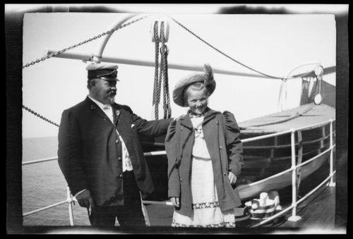 Laivan kapteeni ja tyttö jokihöyrylaivalla Rein-joella