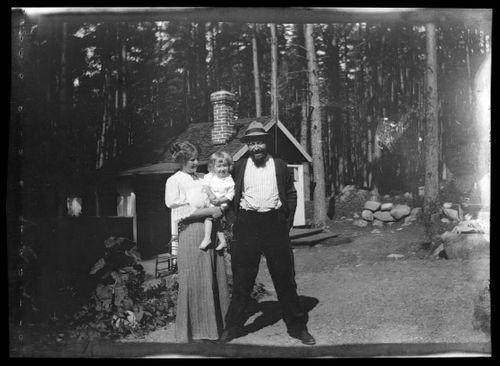 Anni, Tom ja Hugo Simberg Selkärannan ateljeen pihalla