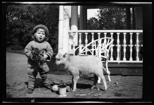 Tom Simberg ja Bunka Valkoisen huvilan pihalla