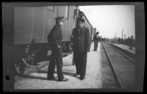 Trans-Kaukasian rautatien asemalaiturilla, kuvassa ratahankkeen päällikkö Carl Simberg