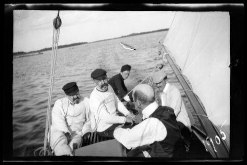 Paul, Wolter, Einar ja Guido Simberg sekä Johannes Andersin purjehtimassa