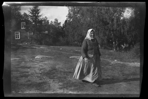 Nainen pihamaalla