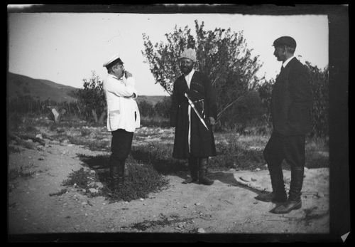 Trans-Kaukasian rautatierakennustyön päällikkö Carl Simberg, kyläpäällikkö Bulatš Muhamedan ja insinööri Fuchs