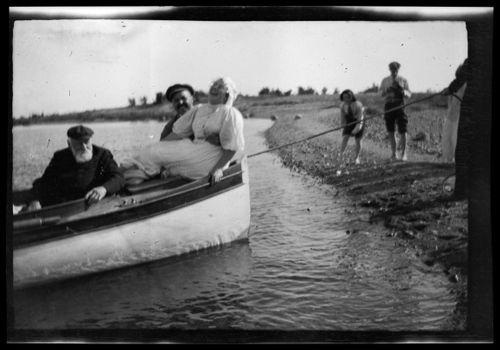 Niclas, Wolter ja Elsa Simberg tulossa veneellä rantaan