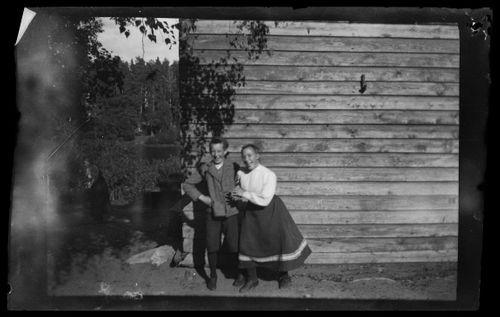 Guido Simberg ja Olga Gadd, taustalla Keltainen huvila