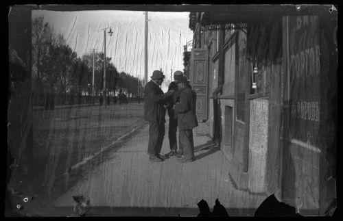 Kaupunkinäkymä todennäköisesti Kaukasiasta, kolme miestä kuvan etuosassa