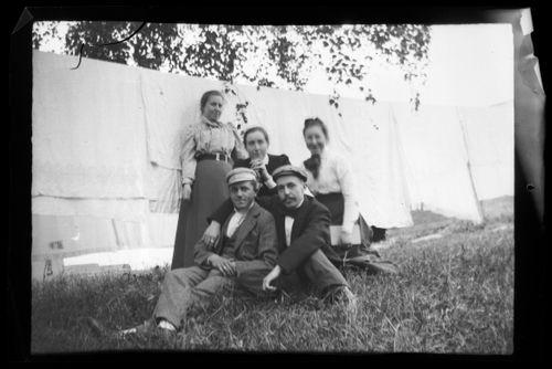 Takarivissä Elma, Blenda ja Elsa Simberg, eturivissä Einar ja Wolter Simberg