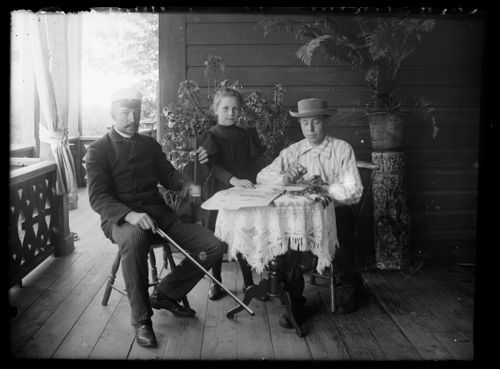 Paul, Elsa ja Wolter Simberg Keltaisen huvilan kuistilla