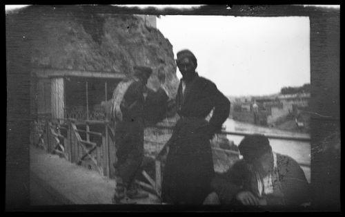 Miehiä todennäköisesti siltakaiteen luona Novorossiisk-Batumi-vesireitin varrella