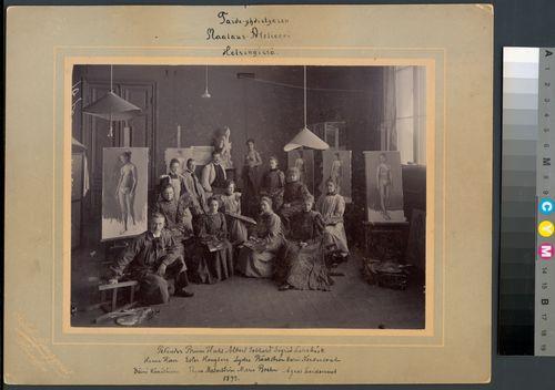 Suomen Taideyhdistyksen Maalausatelierin oppilaita Ateneumissa